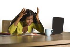 年轻有吸引力的被注重的和劳累过度的黑非裔美国人的妇女工作生气和绝望在办公计算机书桌感觉 库存图片