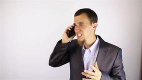 年轻有胡子的人谈话在电话 坏消息 影视素材