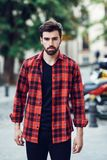 年轻有胡子的人,时尚模型,在都市背景佩带 库存照片