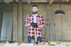 年轻有胡子的商人,建造者,安装工,木匠,建筑师,设计师,在格子花呢上衣,风镜穿戴了和 免版税图库摄影