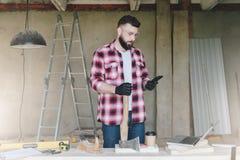 年轻有胡子的商人,建造者,安装工,木匠, archit 库存图片