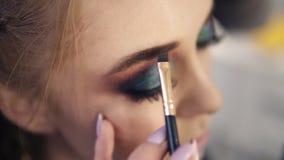年轻模型侧视图在组成过程中的 艺术家做等高并且应用在眼眉的棕色阴影与 影视素材