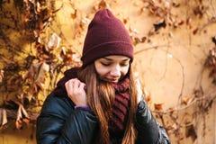 年轻正面美丽的微笑的女孩画象在秋天的调整围巾 在任何天气的好心情 库存图片
