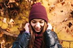 年轻正面美丽的微笑的女孩画象在秋天的调整围巾 在任何天气的好心情 免版税库存照片
