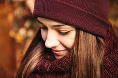 年轻正面美丽的微笑的女孩画象在秋天 在任何天气的好心情 库存照片