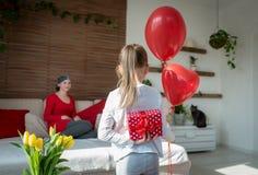 年轻母亲、癌症患者和她逗人喜爱的女儿,庆祝从医院的回归家 受欢迎的家或生日聚会 库存照片