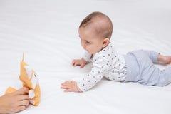 年轻母亲使用与她愉快的婴孩 库存照片