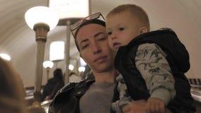 年轻母亲和小的儿子一会儿旅行乘地铁 影视素材