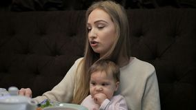 年轻母亲喂养一女孩用Suluguni乳酪 影视素材