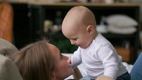 年轻母亲在床上使用与她的男婴 股票视频