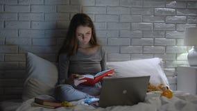 年轻母亲看书,搜寻婴孩关心技巧在互联网,育儿 影视素材