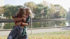 年轻母亲获得与她的儿子的乐趣在秋天公园在好日子 影视素材