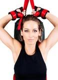 年轻活跃妇女锻炼:心脏kickboxing,沙袋 库存照片
