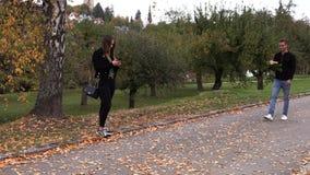 年轻深色的女孩在日期等待有花的一个人 影视素材