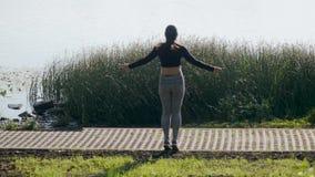 年轻深色的女孩跳绳 股票视频