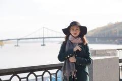 年轻深色的式样佩带的外套和帽子街道画象  em 免版税图库摄影