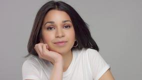 年轻混合的族种妇女在偶然神色的演播室 股票视频