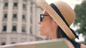 年轻混合的族种旅游妇女探索的城市地图 单独旅行可爱的行家的女孩 4K,慢动作 股票录像