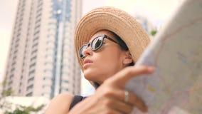年轻混合的族种旅游妇女探索的城市地图 单独旅行可爱的行家的女孩 4K,慢动作 股票视频