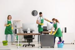 年轻清洁服务专家队在工作 免版税库存图片