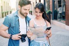 年轻游人夫妇在街道参观的城市 免版税图库摄影