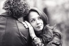 年轻爱恋的夫妇特写镜头 女孩在她的肩膀的卷发的人上把她的头放 免版税库存照片