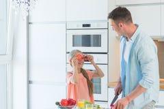 年轻父亲和一个小女儿在厨房里 库存照片