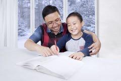 年轻父亲引导他的儿子学会 免版税库存照片