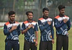 年轻玩板球者表示对国歌的尊敬 库存图片