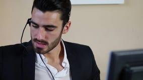 年轻电话推销员、询问台助理或者顾客服务工作者 股票视频