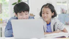 年轻男孩使用计算机教和解释家庭作业 对有表情和愉快的姿态的朋友, 股票视频