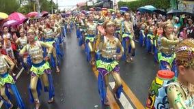 年轻男孩和女孩华丽椰子服装的沿街道,节日跳舞尊敬受护神 股票视频