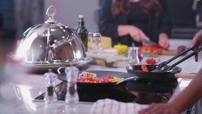 年轻男孩和女孩可口食物和鸡尾酒为一个友好的党04做准备 股票视频