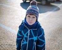 年轻男孩在冬时保留安静 库存照片