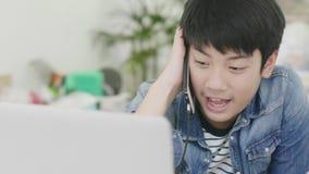 年轻男孩在手机谈话 影视素材