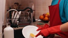 年轻男孩洗涤的盘在厨房里 股票录像