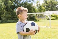 年轻男孩画象有足球的 库存图片
