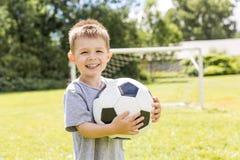 年轻男孩画象有足球的 免版税库存图片