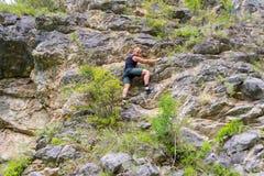 年轻男孩登山人 免版税库存照片