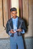 年轻男孩阅读书,认为 库存图片