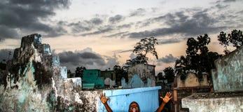 年轻男孩photobombs在农村海地 图库摄影