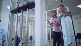 年轻男性做着在健身房人民的力量锻炼健身房健康生活方式的 影视素材