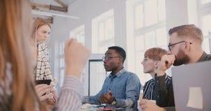 年轻男性千福年的非裔美国人的办公室工作者对严重的问题讲话在不同种族的工作场所队会议上 股票视频