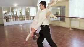 年轻男性拿着肩膀的芭蕾舞女演员并且旋转她  影视素材