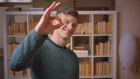 年轻男生姿态画象好达到成功的标志在图书馆 影视素材