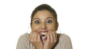 年轻疯狂的愉快和激动的西班牙妇女30s顶头画象惊奇的和使与大开的眼睛的面孔表示吃惊 免版税库存照片