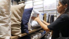 年轻疲乏的混合的族种顾客女孩睡着了在枕头的商店 滑稽的购物情况 4K 股票录像