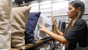 年轻疲乏的混合的族种顾客女孩睡着了在枕头的商店 滑稽的购物情况 4K 股票视频