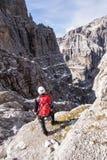 年轻登山人女孩高在山 库存照片