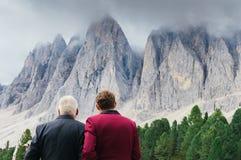 年轻白云岩山人和更老的人赞赏的景色在南蒂罗尔/女低音阿迪杰,意大利的 库存照片